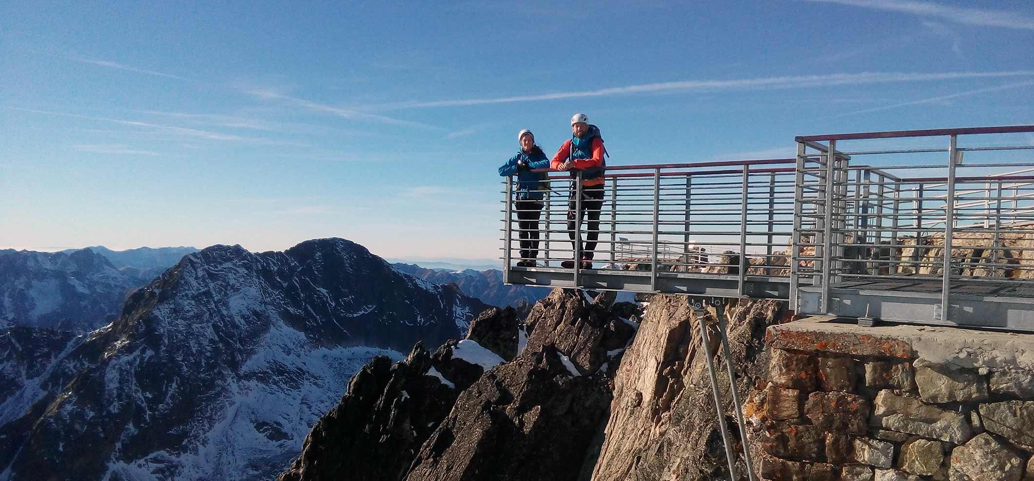Na vrchole Lomnického štítu s horským vodcom